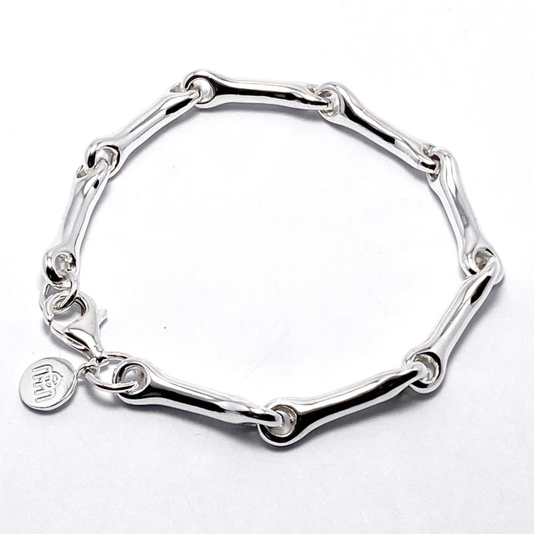 Silverarmband som är ledat och mjukt format. Silver bracelet with a soft form.