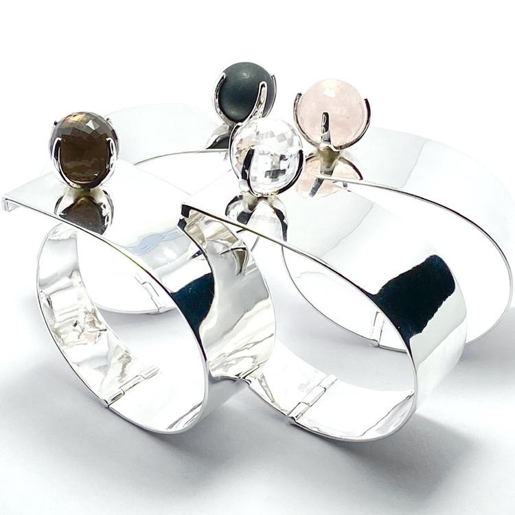 Silverarmband med onyx, rosenkvarts, rökkvarts och bergskristall. Silver bracelet with onyx, rose quartz, smokey quartz and crystal quartz.