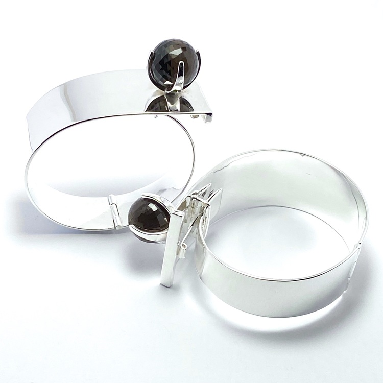 Stora silverarmband med rökkvarts. Big silver bracelets with smokey quartz.