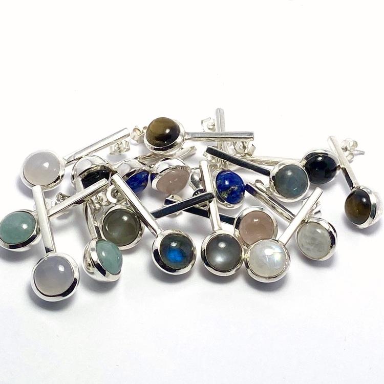Vackra silverörhängen med vackra stenar; rosenkvarts, regnbågs-månsten, lapis lazuli, tigeröga, grå månsten, akvamarin, onyx, kalcedon och labradorit. Beautiful silver earrings with beautiful stones;