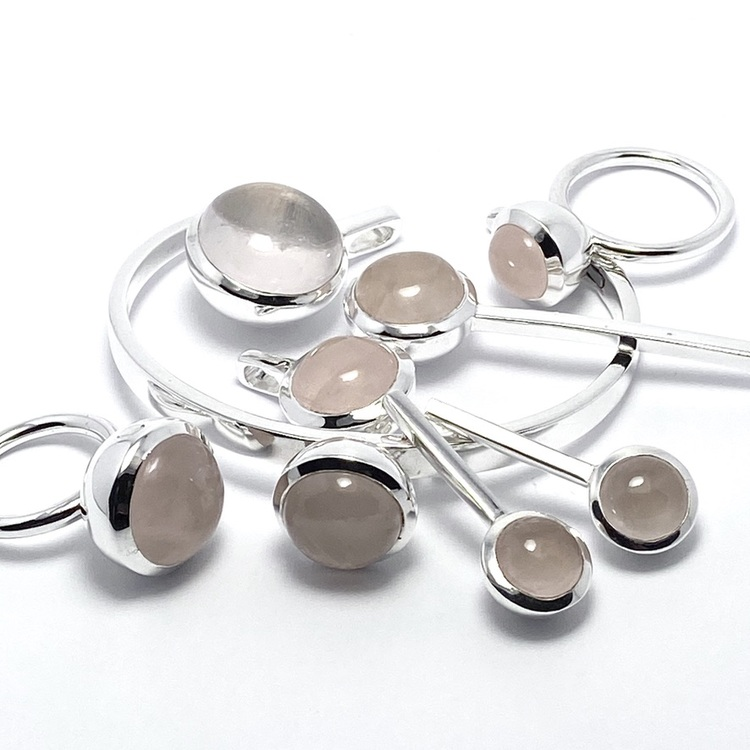 Smyckes-set i silver med rosenkvarts . Jewellery set in silver with rose quartz.
