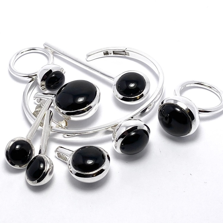 Smyckes-set i silver med onyx. Jewellery set in silver with onyx.