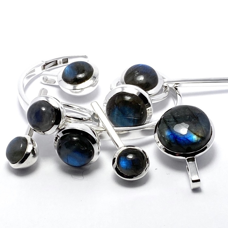 Smyckes-set i silver med labradorit. Jewellery set in silver with labradorite.