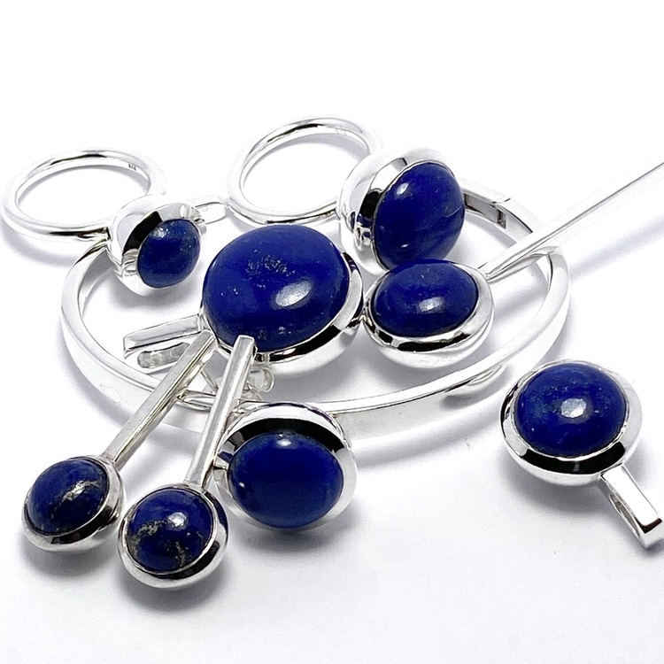 Smyckes-set i silver med lapis lazuli. Jewellery set in silver with lapis lazuli.