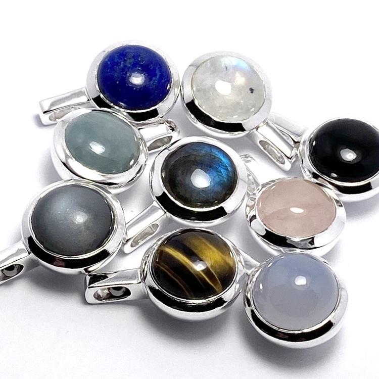 Vackra hängsmycken med vackra stenar; rosenkvarts, regnbågs-månsten, lapis lazuli, tigeröga, grå månsten, akvamarin, onyx, kalcedon och labradorit. Beautiful silver pendants with beautiful stones; ro