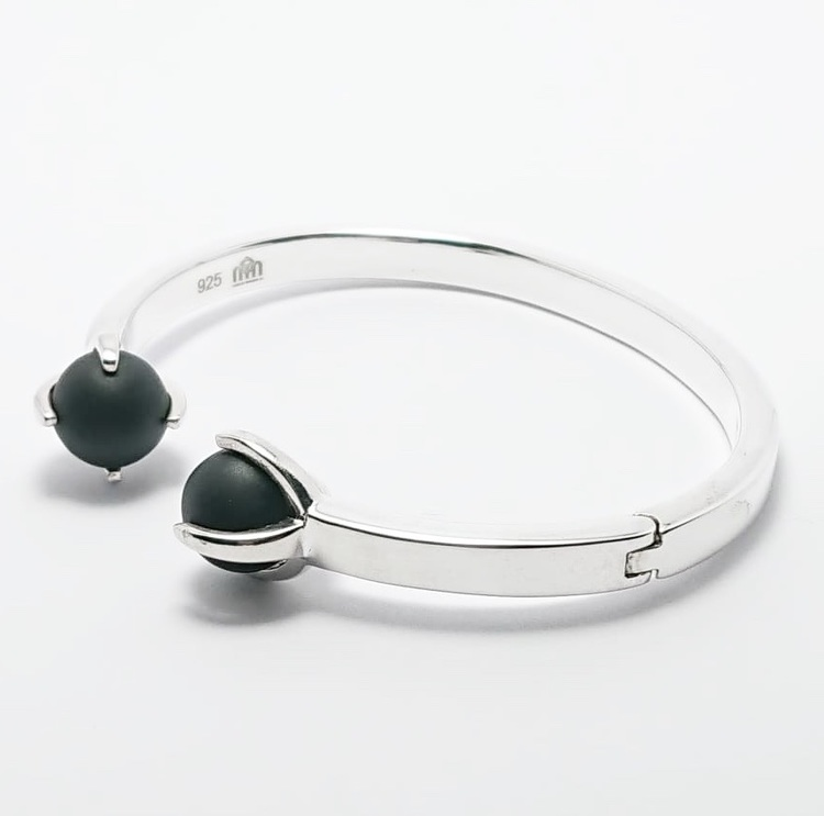 Silverarmband med vacker svart onyx, lätt att sätta på med fjädrande gångjärn. Silver bracelet with beautiful black onyx, easy to put on with a hinge