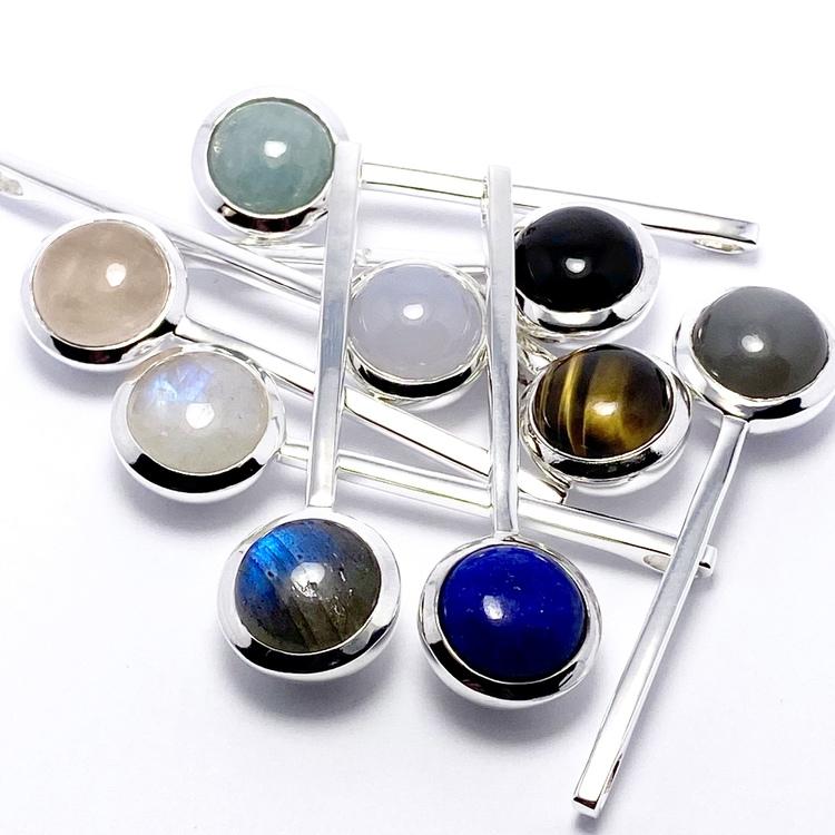 Vackra silverhängen med vackra stenar; rosenkvarts, regnbågs-månsten, lapis lazuli, tigeröga, grå månsten, akvamarin, onyx, kalcedon och labradorit. Beautiful silver pendants with beautiful stones; ro
