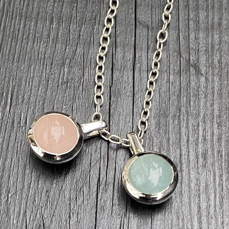 Silverkedja med silver-hängen med rosenkvarts och akvamarin. Silver chain and silver pendants with rose quartz and aquamarine.