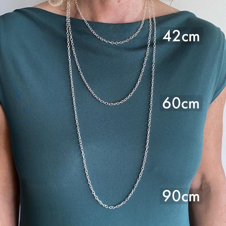 Modell med tre olika längder av silverkedjor. Model with three various lengths of silver chains
