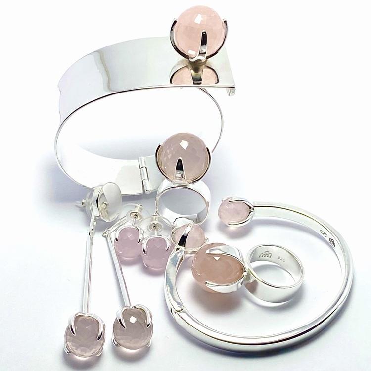 Silverarmband, örhängen  och stora ringar med rosenkvarts. Silver bracelets, earrings and big rings with rose quartz.