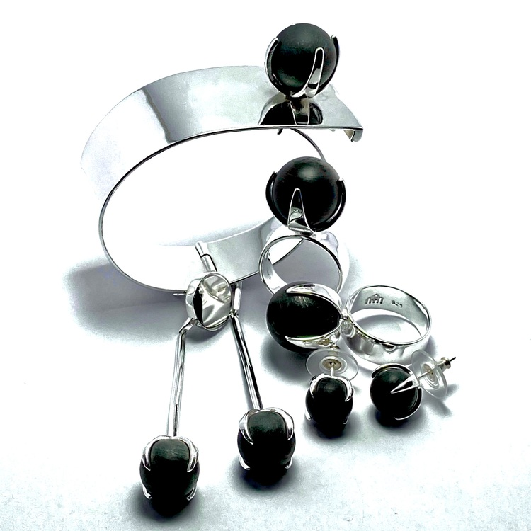 Armband, ringar och örhängen i silver med svart onyx. Bracelet, rings and earrings in silver with black onyx.