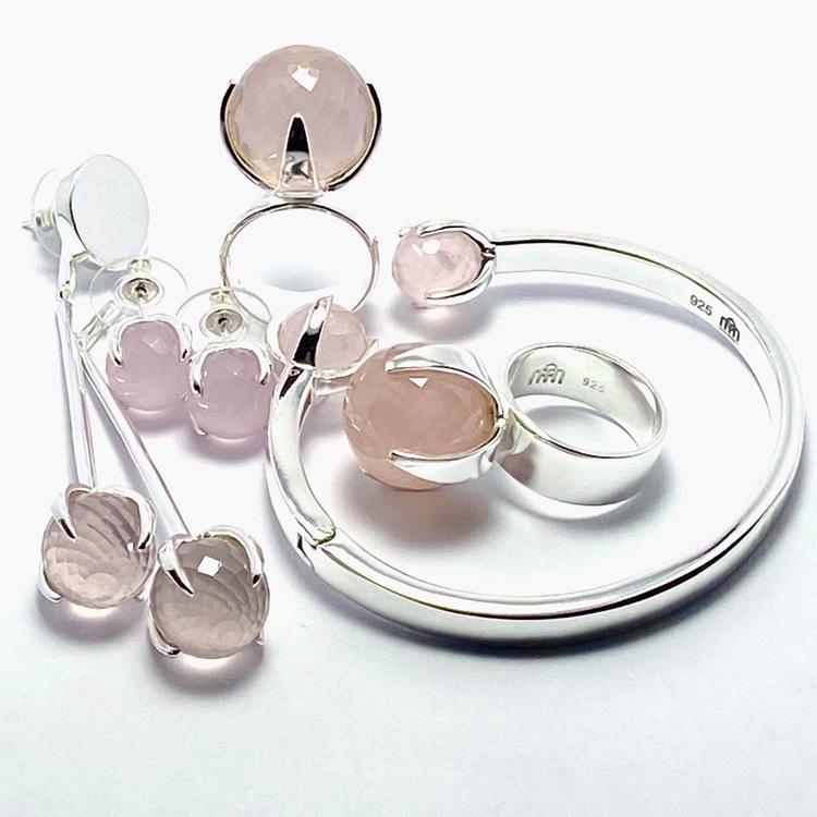 Olika silversmycken med rosenkvarts. Various silver jewellery with rose quartz