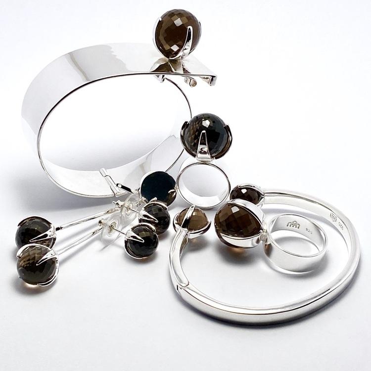 Smyckes-set med ring, armband och örhängen i silver med rökkvarts. Jewellery with ring, bracelet and earrings set in silver with smokey quartz.