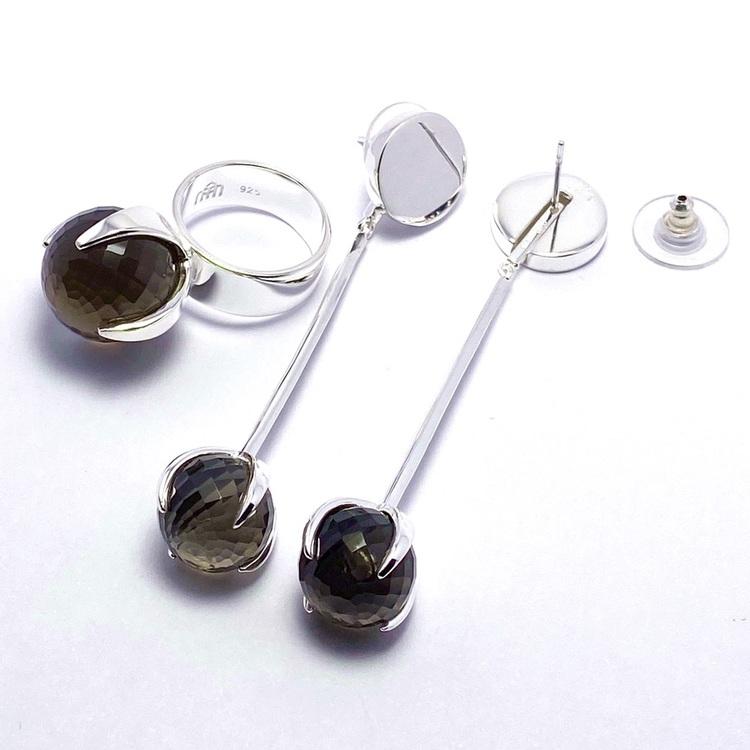 Stor silverring med en stor rund facettslipad rökkvarts och matchande örhängen. big silver ring with smokey quartz and matching earrings