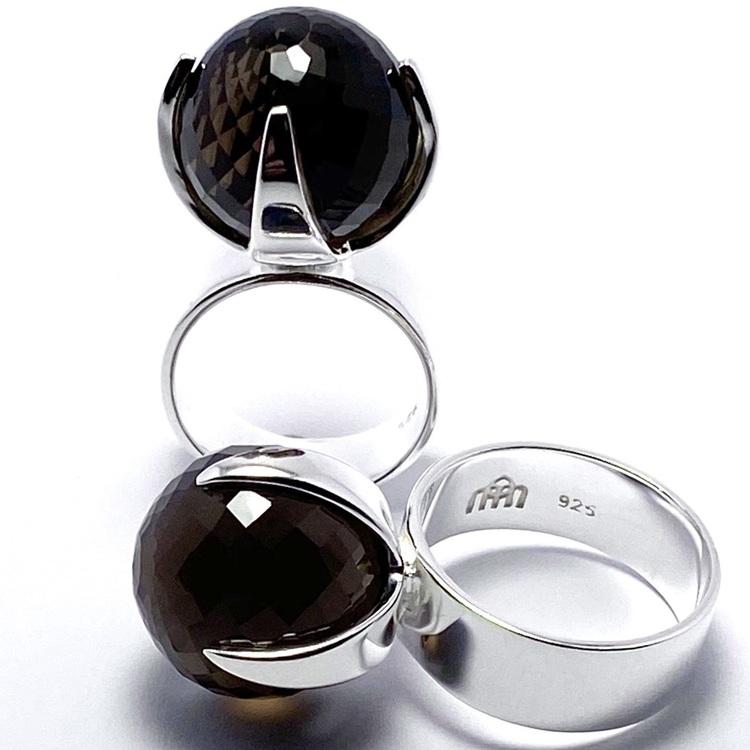 Stor silverring med en stor rund facettslipad rökkvarts. big silver ring with smokey quartz