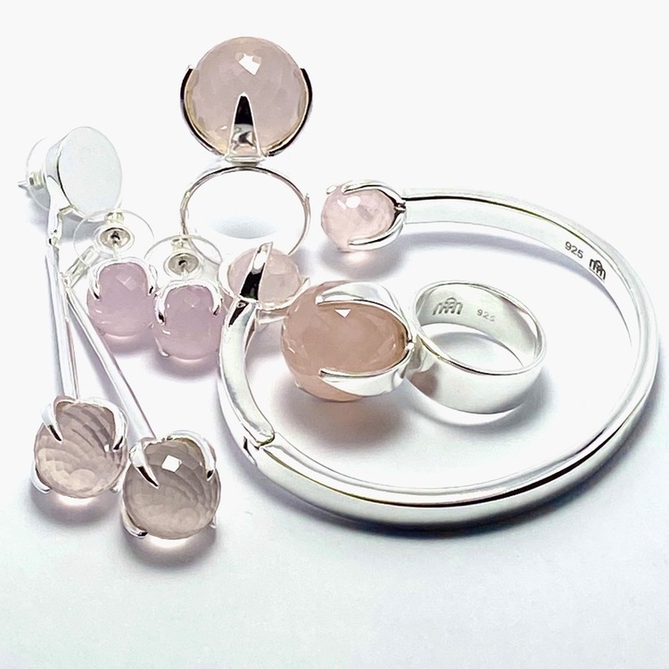 Smyckes-set med matchande ring, örhängen och armband i silver med rosenkvarts. Matching jewellery set in silver with ring, bracelet and earrings with rose quartz.