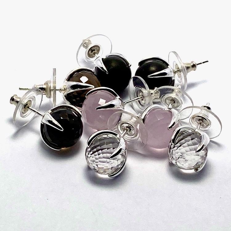 Silverörhängen med onyx, rosenkvarts, rökkvarts och bergskristall. Silver earrings with onyx, rose quartz, smokey quartz and crystal quartz.