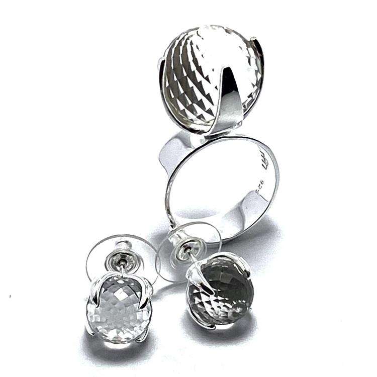 Silverring med bergskristall och matchande örhängen. Silver ring with crystal quartz and matching earrings,