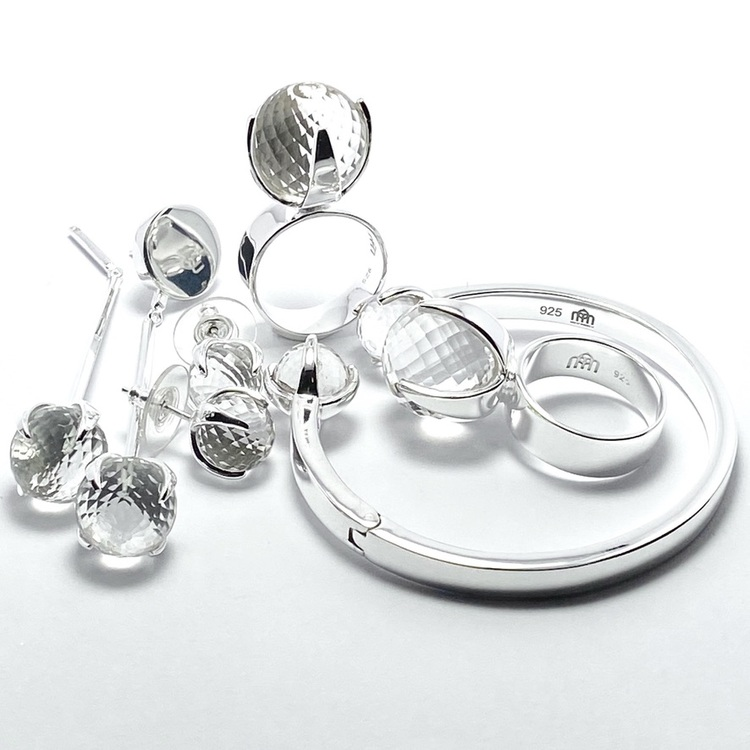 Smyckes-set med ring, örhängen och armband i silver med bergskristall. Jewellery set with ring, earrings and bracelet in silver with crystal quartz.