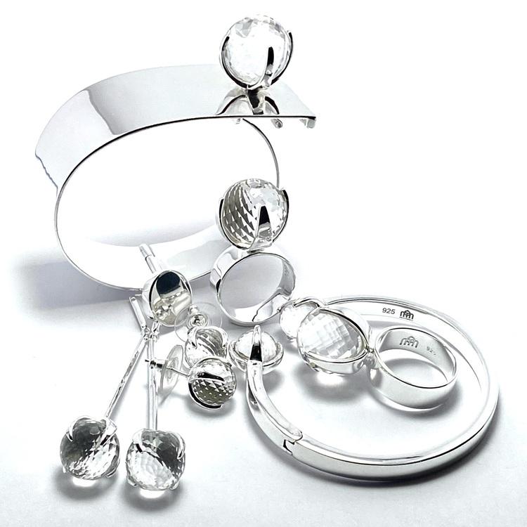 Smyckes-set med ring, örhängen och armband i silver med bergskristall. Jewellery set with ring, earrings and bracelet in silver with crystal quartz.