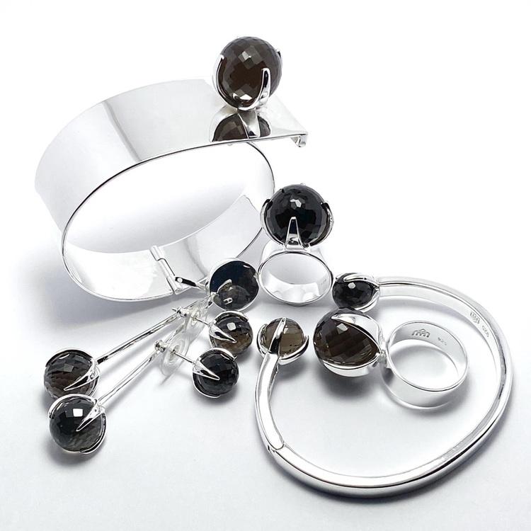 Smyckes-set med ring, armband och örhängen i silver med rökkvarts. Jewellery set in silver with smokey quartz.