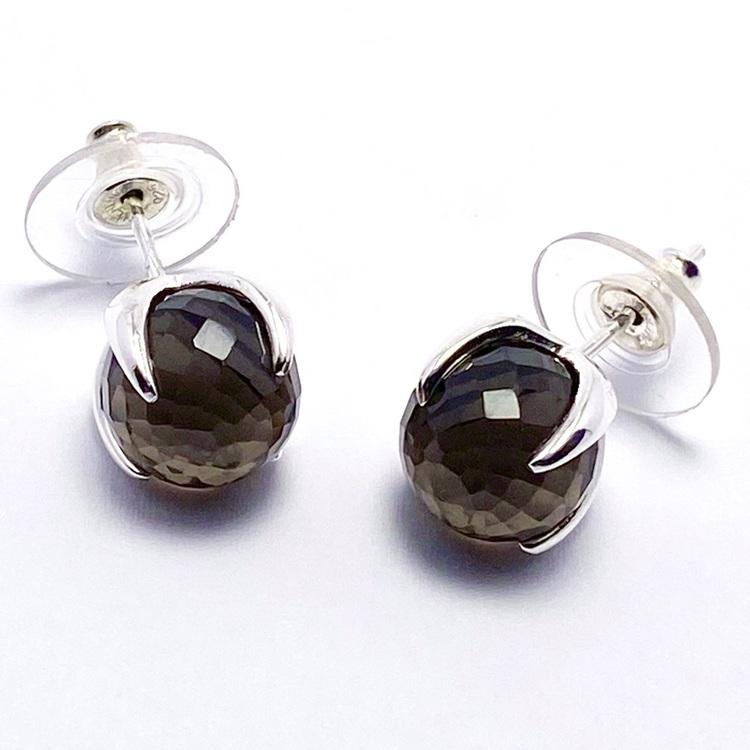 Silverörhängen med rökkvarts. Silver earrings with smokey quartz.