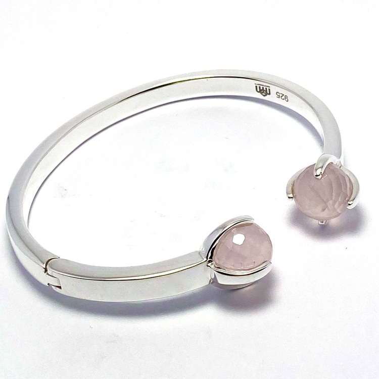 Silverarmband med två stenar i rosenkvarts. Silver bracelet with two stones in rose quartz