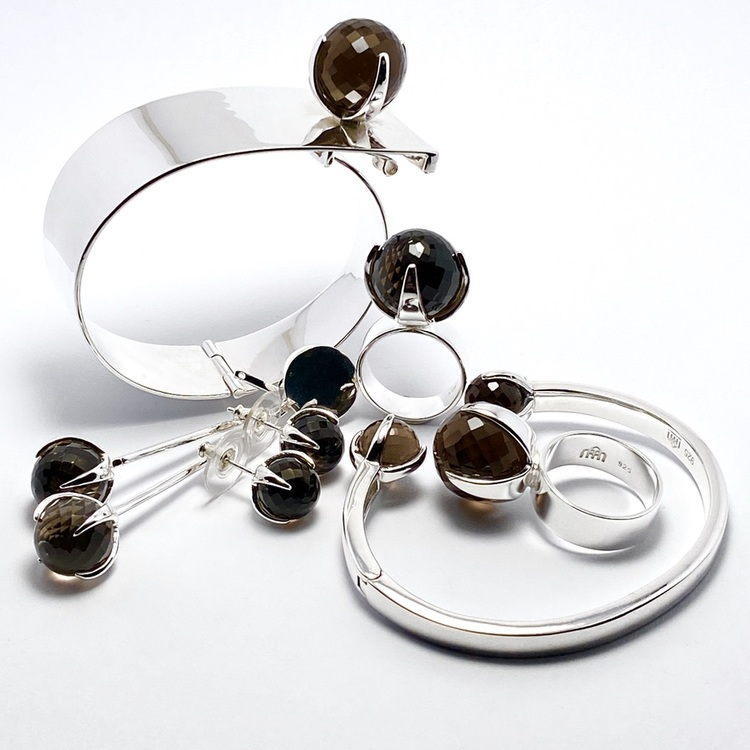 Vackert smyckes-set med ring, armband och örhängen i silver och rökkvarts. Beautiful jewellery set with ring, earrings and bracelet  in silver and smokey quartz