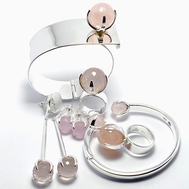 Smyckes-set med ring, örhängen och armband i silver med rosenkvarts. Jewellery set with ring, bracelet and earrings in silver with rose quartz.