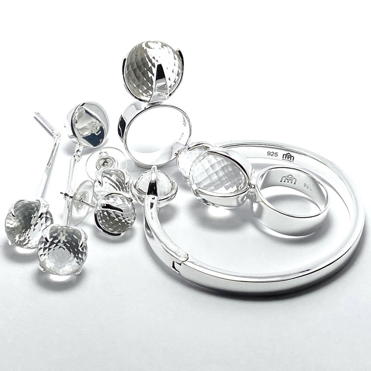 Smyckes-set med ring, örhängen och armband i silver med bergskristall. Jewellery set with ring, bracelet and earrings  in silver with crystal quartz.