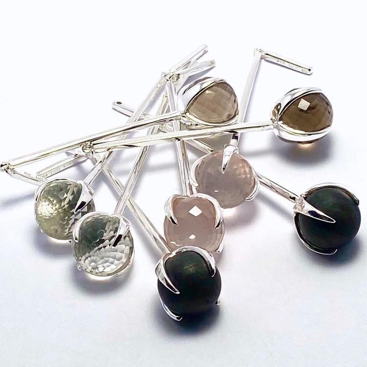 Silverhängen till örhängen med onyx, rosenkvarts, rökkvarts och bergskristall. Silver pendant for earrings with black onyx, rose quartz, smokey quartz and crystal quartz