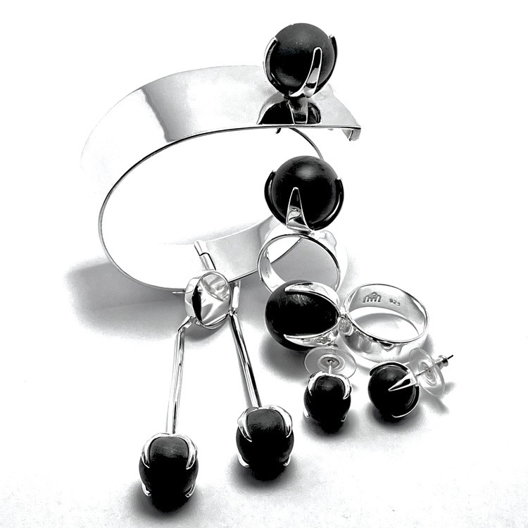 Smyckes-set med ring, örhängen och armband i silver med onyx. Jewellery set with ring, bracelet and earrings in silver with onyx.