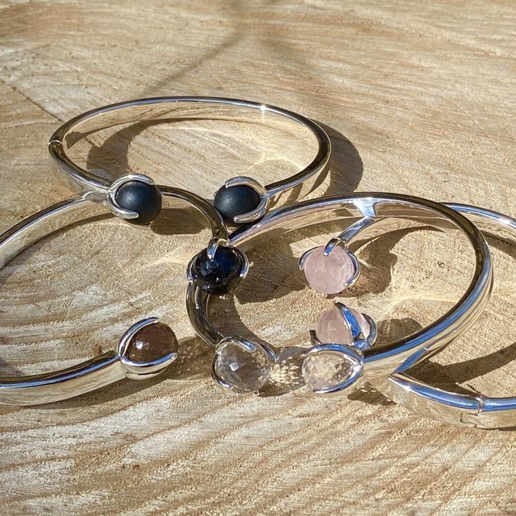 Silverarmband med rosenkvarts, rökkvarts, onyx och kristallkvarts. Silver bracelets with rose quartz, crystal quartz, smokey quartz and onyx