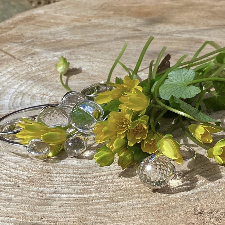Smycken med bergskristall och gula vackra blommor