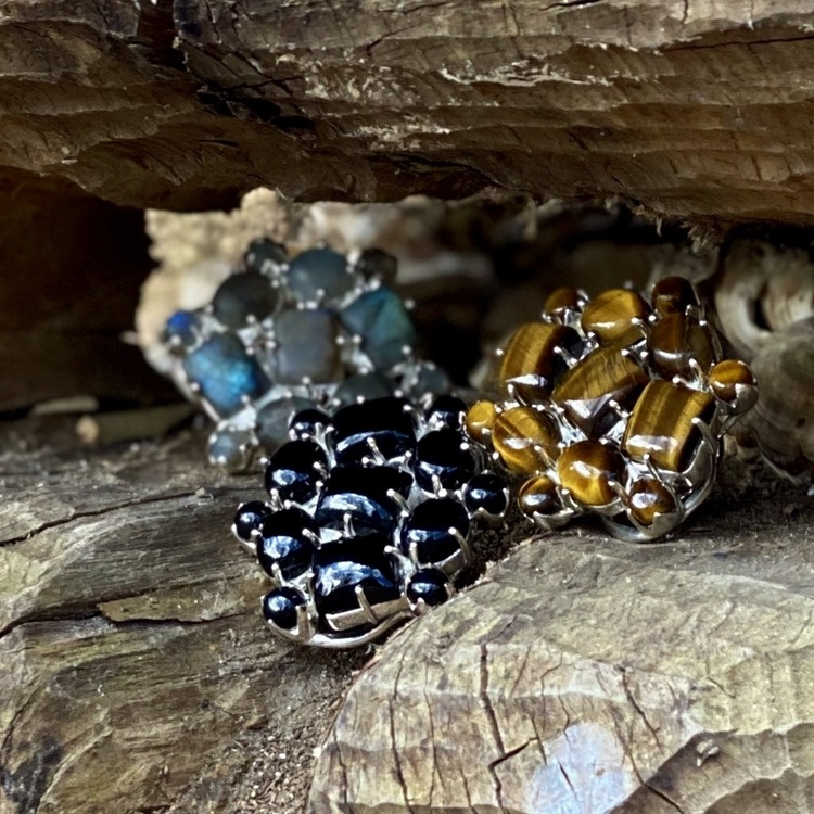 Tre stora silverringar med tigeröga, labradorit och onyx. Three big silver rings with tigers eye, labradorite and onyx