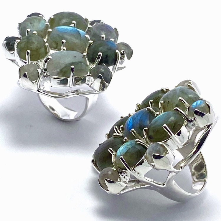 Stora silverringar med mattslipad labradorit i olika toner av blått och turkost. Big silver rings with mat polished labradorite in various tones of blue and turquoise