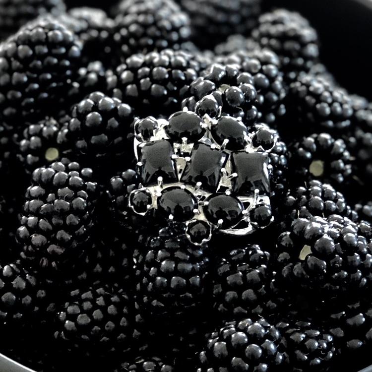 stor silverring med svart onyx och svarta björnbär