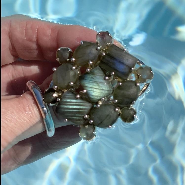 Stor silverring med mattslipad labradorit i olika toner av blått och turkost. Big silver ring with mat polished labradorite in various tones of blue and turquoise