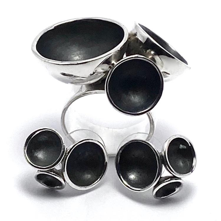 Stor oxiderad silverring med tre kupor och matchande stora örhängen . Big oxidised silver ring with three cups and matching earrings