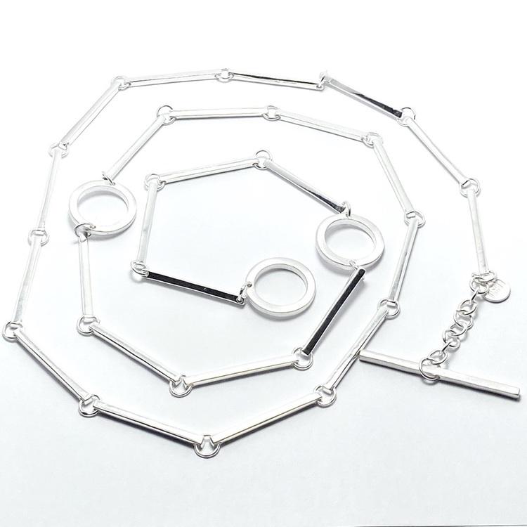 Silverhalsband med vackra silverstavar och cirklar. Silver necklace with beautiful silver sticks and circles.