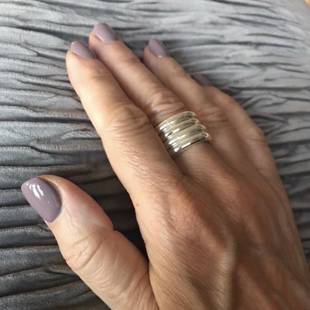 Fyra silverringar på samma finger. Four silver rings on the same finger