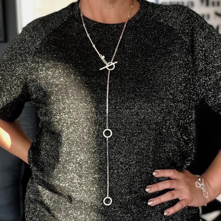 Silverarmband och silverhalsband med vackra silverstavar och cirklar. Silver bracelet and silver necklace with beautiful silver sticks and circles.