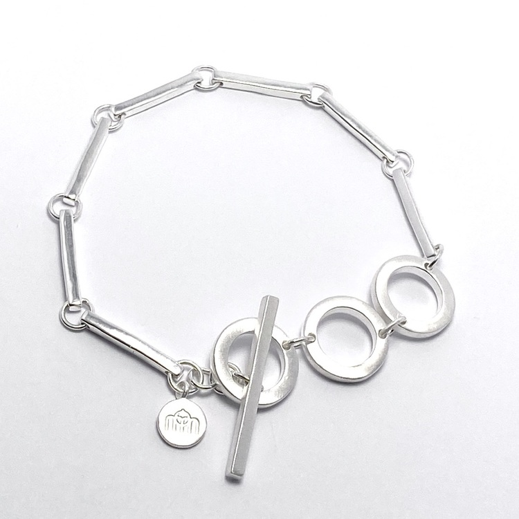 Silverarmband med vackra silverstavar och cirklar. Silver bracelet with beautiful silver sticks and circles.