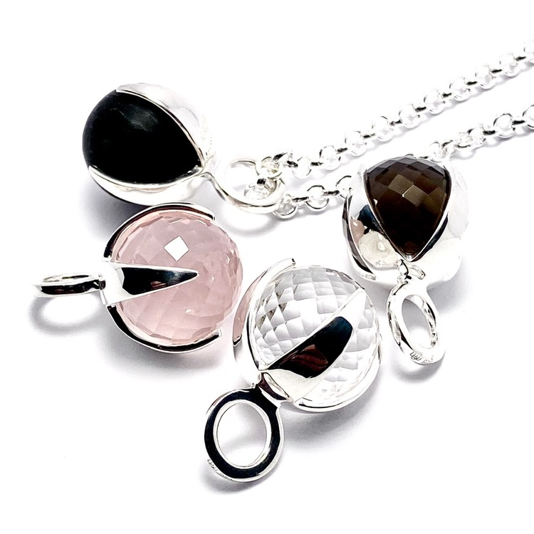 Silverhängen med rosenkvarts, rökkvarts, bergskristall och svart onyx. Silver pendants with rose quartz, smokey quartz, crystal quartz and black onyx