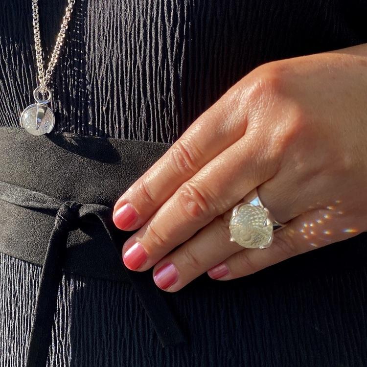 Kvinna med matchande hänge och ring med bergskristall. Woman with matching ring and pendant with crystal quartz