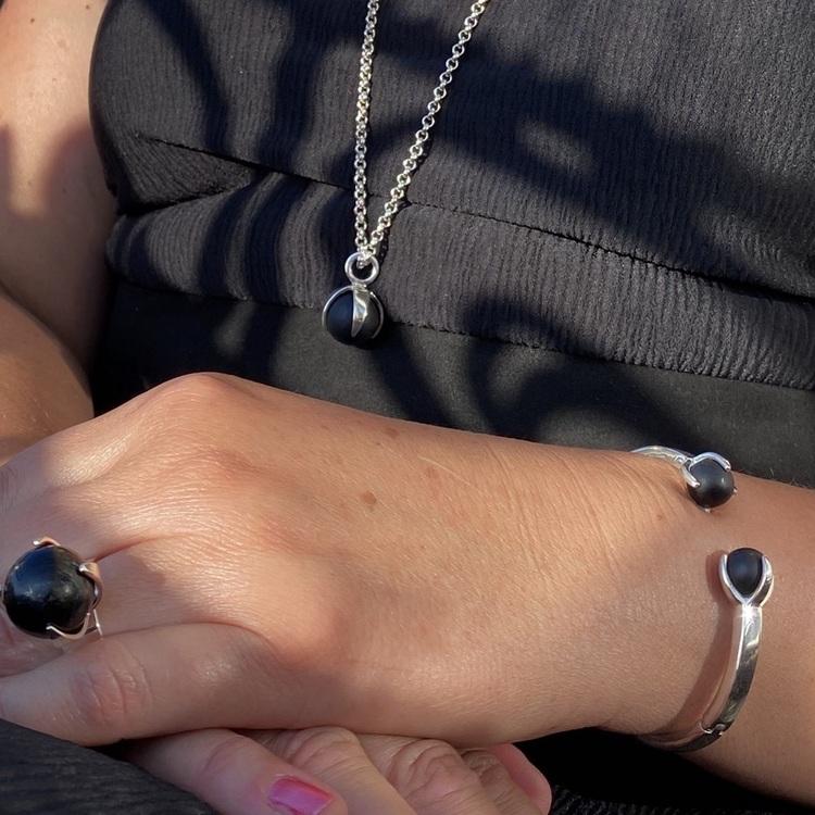 Matchande silversmycken med svart onyx. Matching silver jewellery with black onyx
