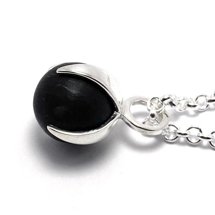 Silver-hänge med svart matt onyx. Silver pendant with black mat onyx