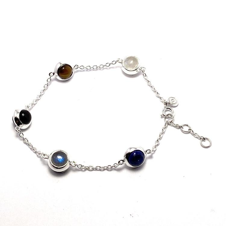 Silverarmband med fem olika stenar; regnbågs-månsten, onyx, grå månsten, labradorit och tigeröga. Silver bracelet with five various stones