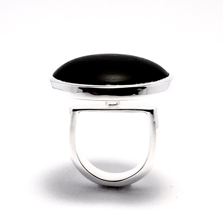 Stor silverring med svart mattslipad onyx. Big silverring with black mat polished onyx.
