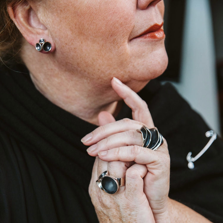 Silverörhängen med 3 oxiderade kupor och stor matchande silverring. Silver earrings with three oxidised cups and a big matching silver ring
